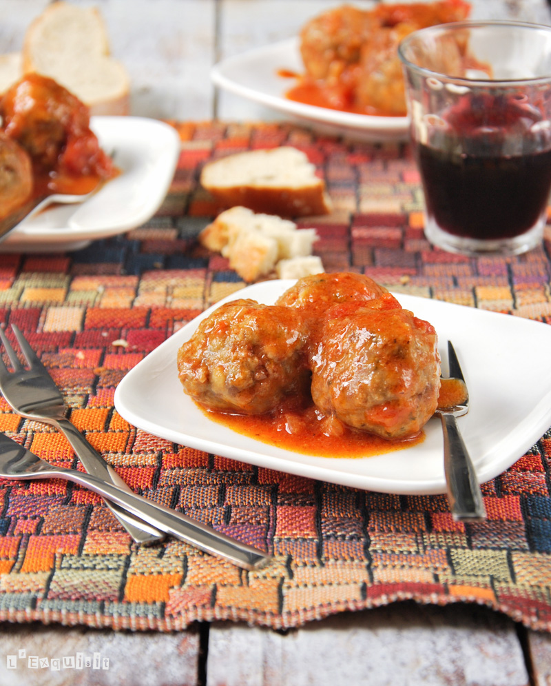 Albóndigas con chorizo y nueces y salsa de tomate