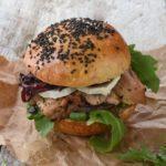 Bocadillo de pollo con queso de cabra y cebolla al balsámico