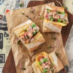 Bocadillo de tortilla y salmón
