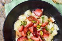 Brie al horno con fresas a la miel de lavanda