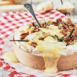 Brie con miel, romero y nueces