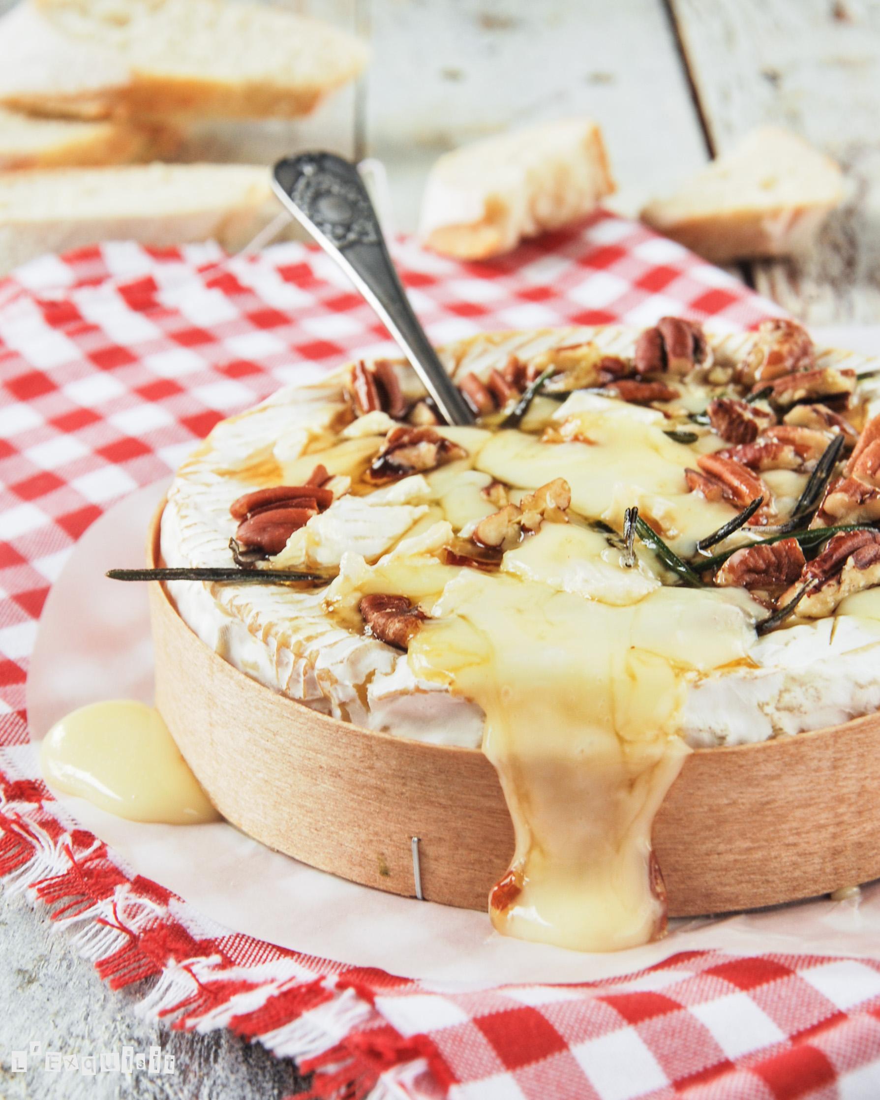 Brie al horno con romero, miel y nueces