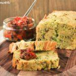 Cake de calabacín con salsa de pimientos y tomates