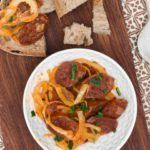 Chorizo con cebollas al ron