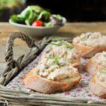 Crostini con atún y alcaparras