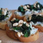 Crostini con gorgonzola, espinacas y avellanas
