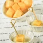 Dados de manzana al curry con salsa de roquefort
