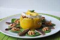 Ensalada de espinacas con jamón de pato, mango y queso de cabra