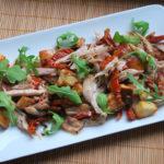 Ensalada de pollo y tomates semisecos