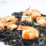 Fideos negros con calamares, gambas y espinacas