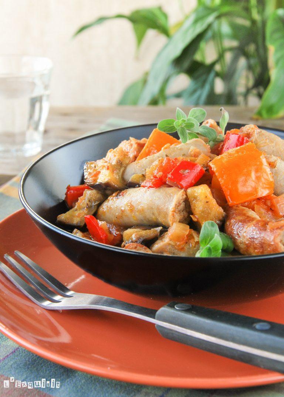 Guiso de salchichas con pimientos y berenjenas