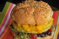 Hamburguesa de pollo con guacamole y mango