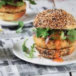 Hamburguesa de salmón con aguacate y salsa agridulce