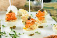 Huevos de codorniz con salmón y alcaparras