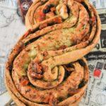 Pan relleno de pesto y tomates en aceite