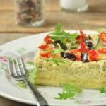 Pastel de calabacín con olivas negras y tomates