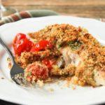 Pescado con crujiente de parmesano y tomatitos