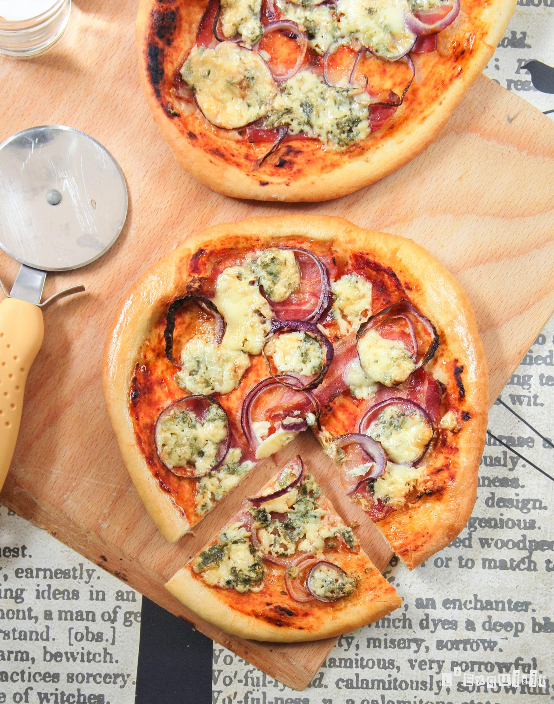 Pizza con bacon, cebolla y gorgonzola
