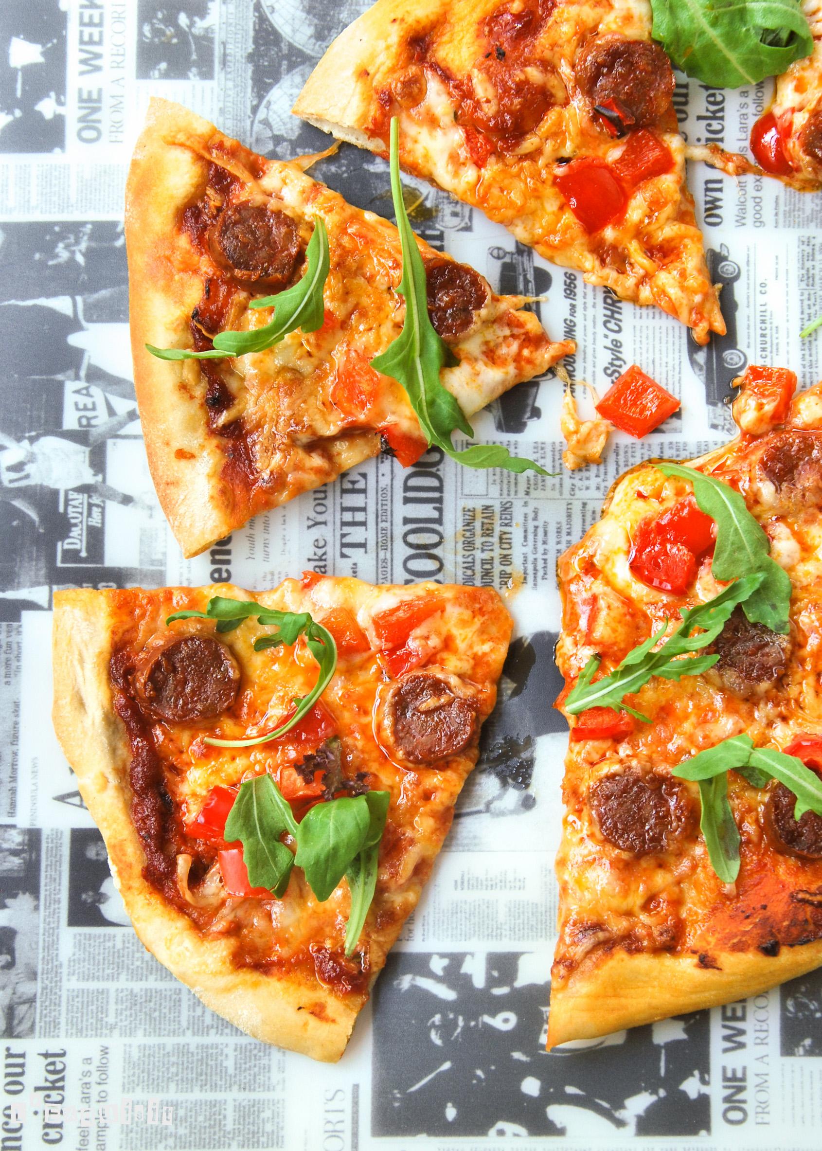 Pizza con chorizo y manchego