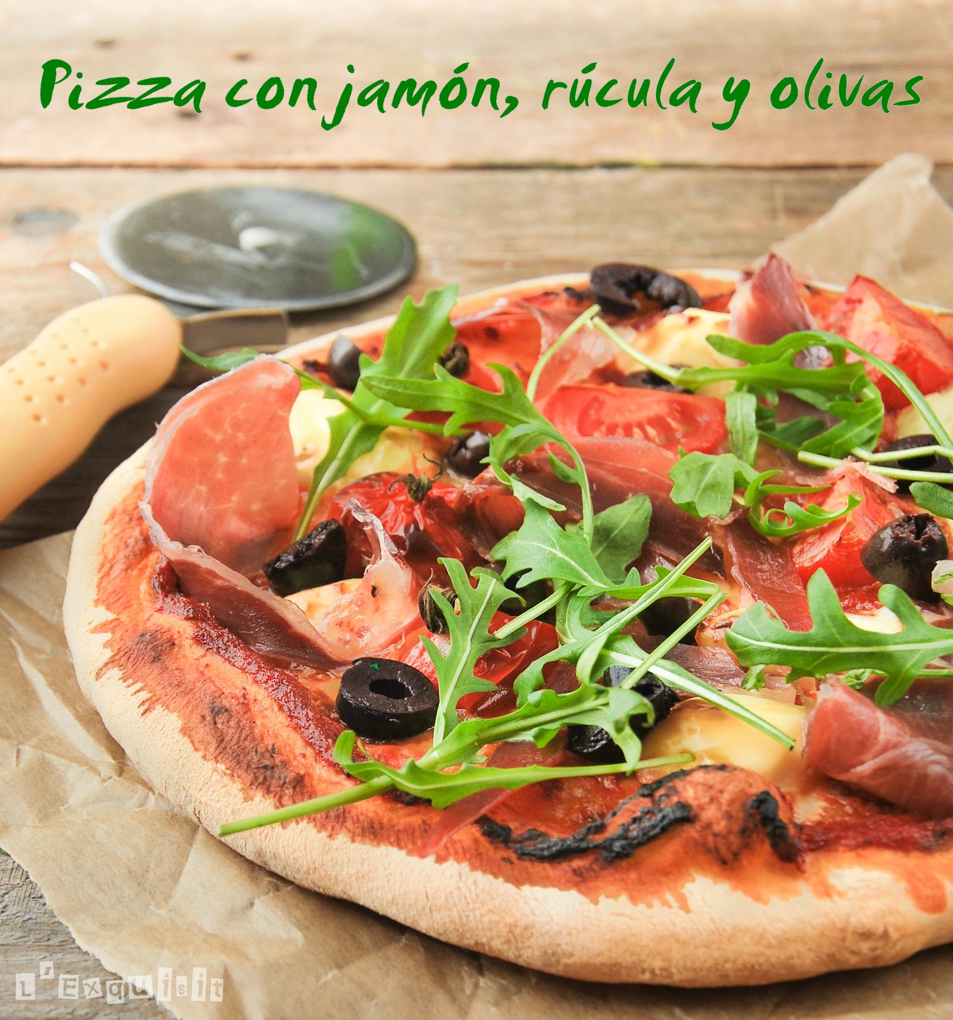 Pizza con jamón ibérico, rúcula y olivas