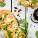 Pizza con alcachofas y queso