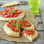 Pizza con ricotta, tomates y olivas