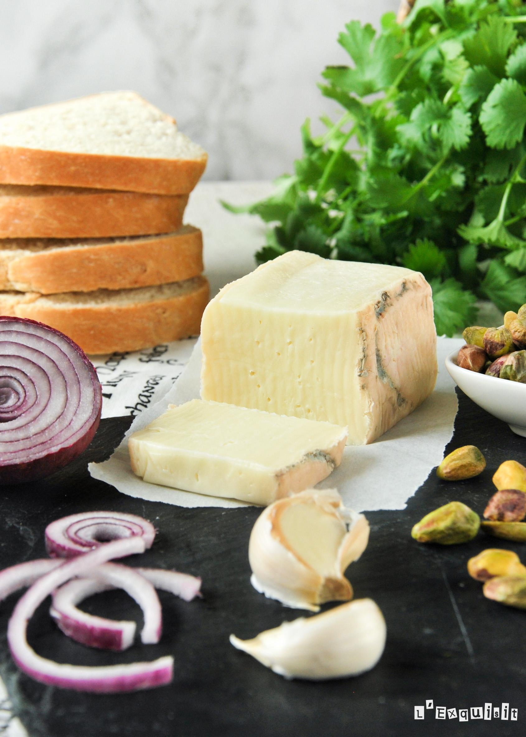 Preparando sandwich con pesto de pistachos