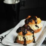 Profiteroles de crema de jijona con chocolate caliente