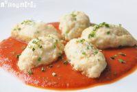 Quenelles de pescado sobre coulis de tomate