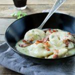Raviolis de ricotta y patata sobre crema de verduras