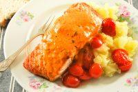 Salmón con puerros, patatas y mantequilla de tomates