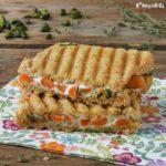 Sandwich caliente con zanahorias, queso de cabra y pistachos