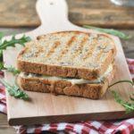 Sandwich caliente de gorgonzola y manzana