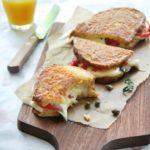 Sandwich caliente de mozzarella y pimientos