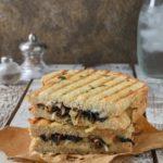 Sandwich caliente de portobello, queso y tomillo