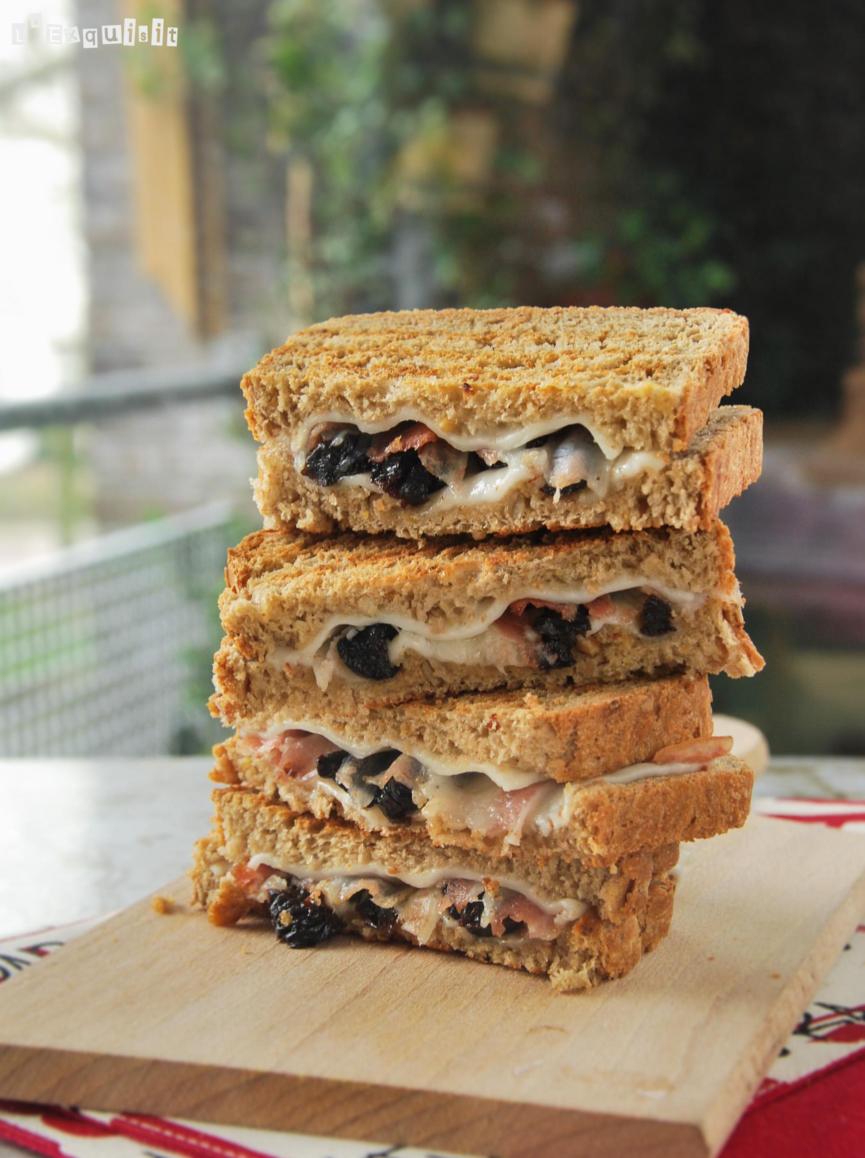 Sandwich caliente de queso con ciruelas
