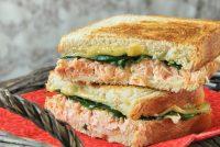 Sandwich caliente de salmón y espinacas