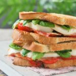 Sandwich caprese con bacon
