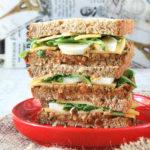 Sandwich con queso y pesto de tomates