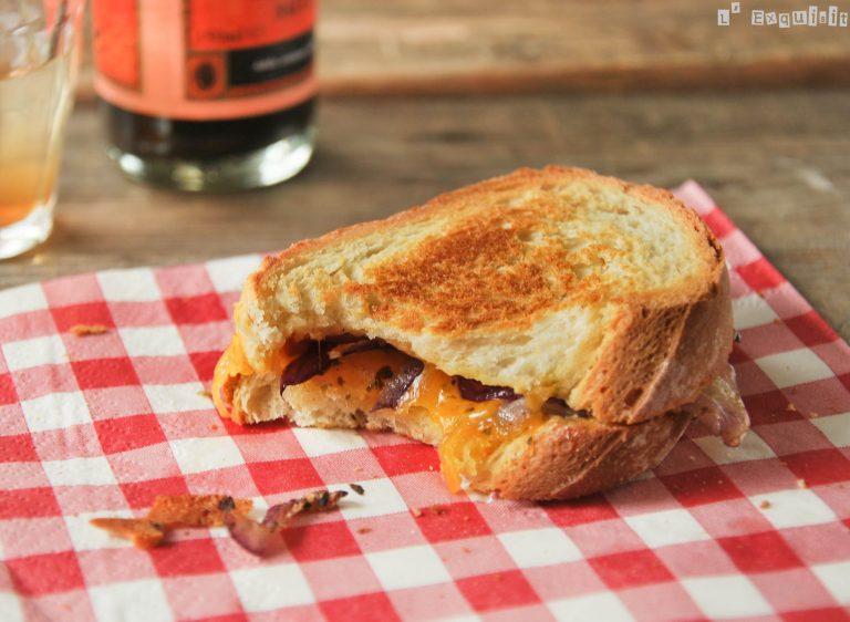 Sandwich de cheddar, cebolla y mostaza