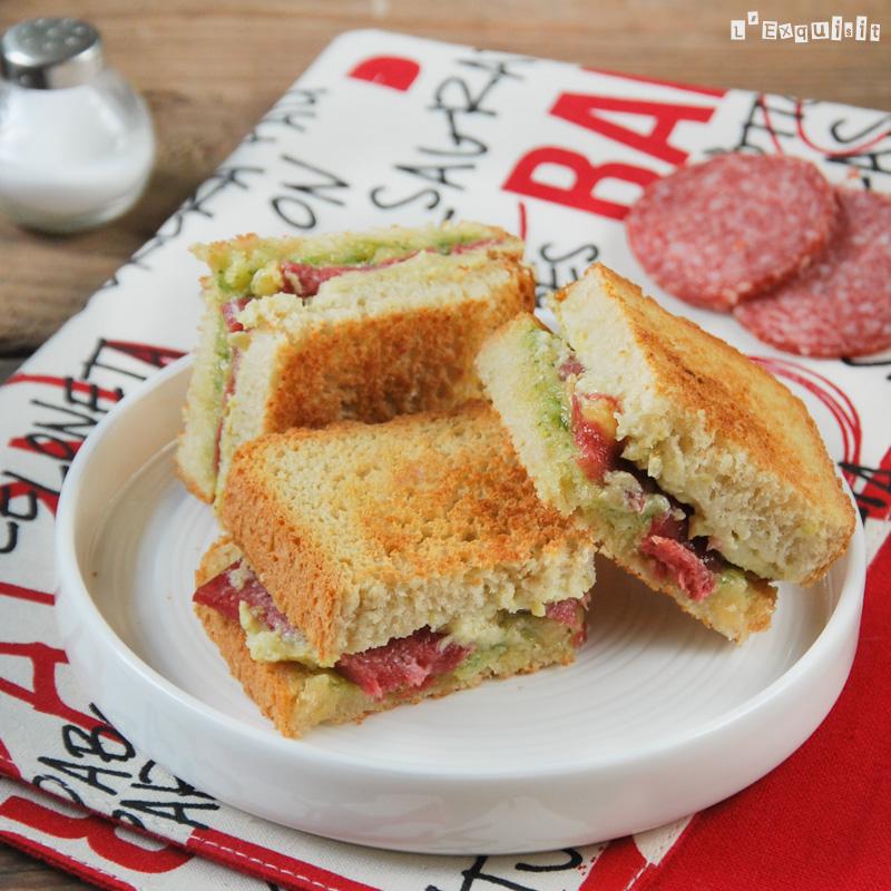 Sandwich de crema de alcachofas, salami y pesto