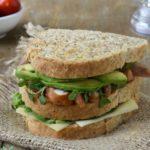 Sandwich de pollo con queso, aguacate y pesto