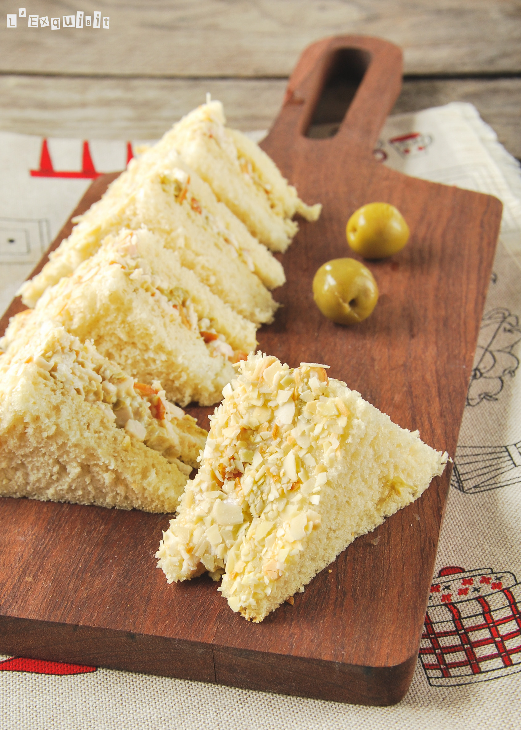 Sandwich de pollo y olivas con almendras