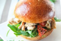Sandwich de pollo y tomates semisecos