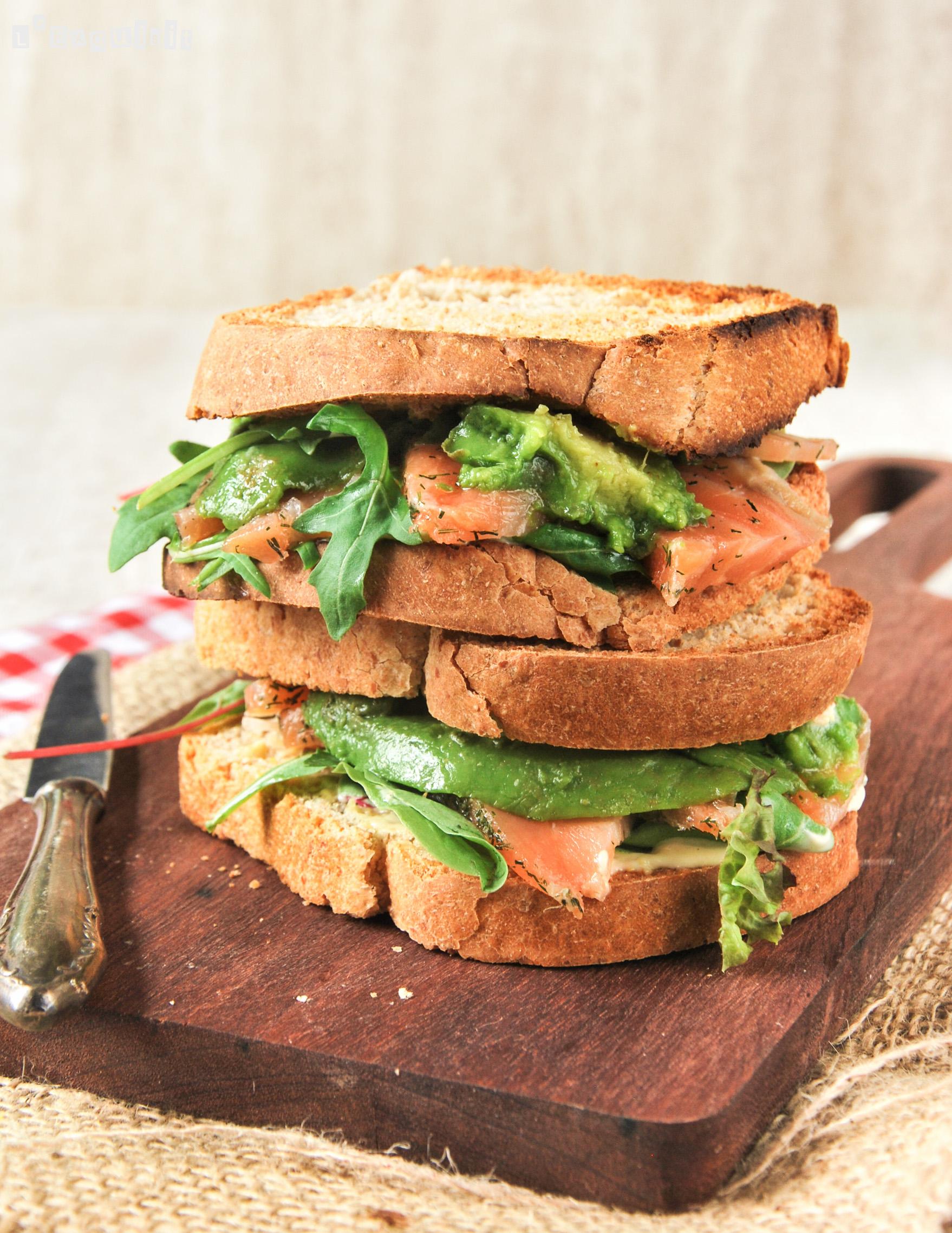 Sandwich de salmón y aguacate
