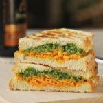 Sandwich caliente de cheddar y pesto de rúcula
