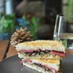Sandwich caliente de portobello y salami