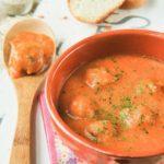 Sopa de tomate con albóndigas