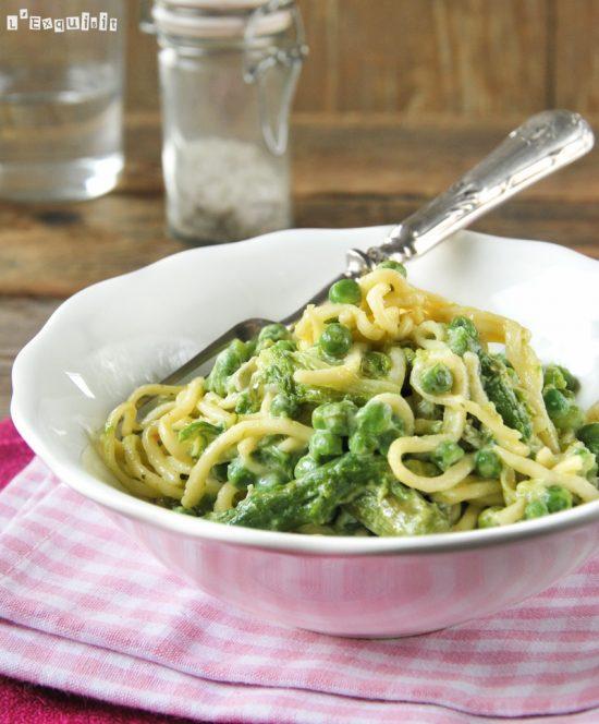 Spaguetti con espárragos, guisantes y salsa de gorgonzola