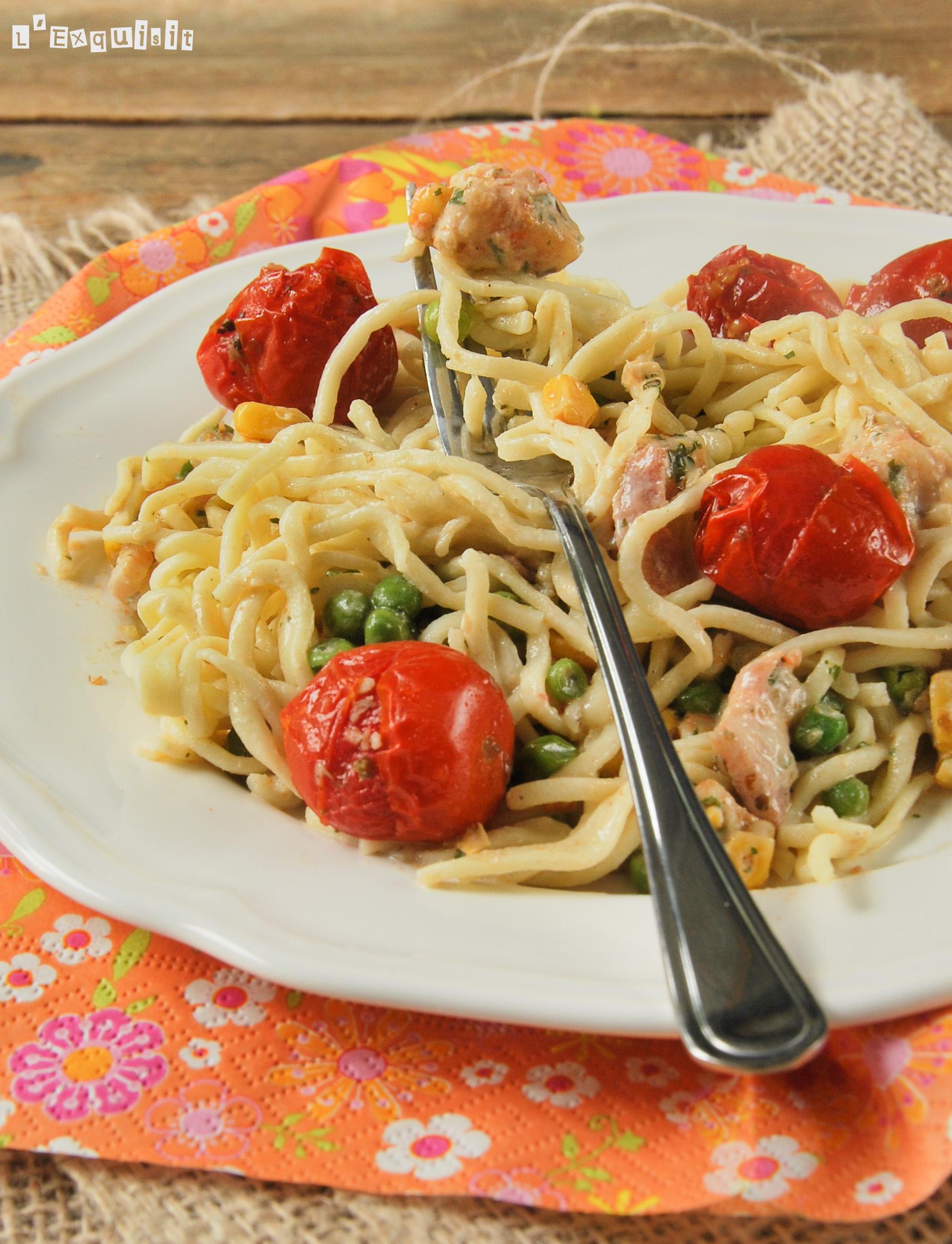 Spaguetti con gambas, maiz y tomates
